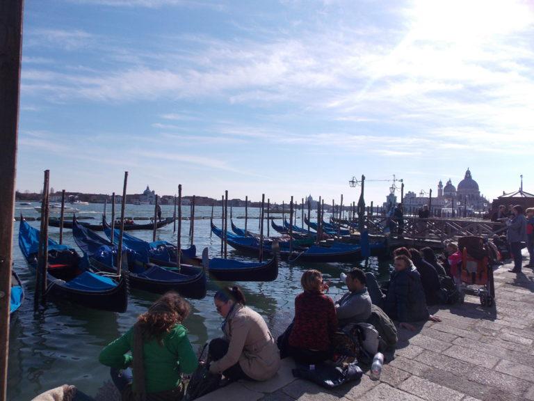 Passeio de gôndola em Veneza na Itália