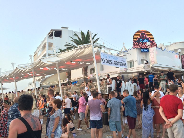 O que fazer em Ibiza pôr do sol no Café Del Mar em San Antoni